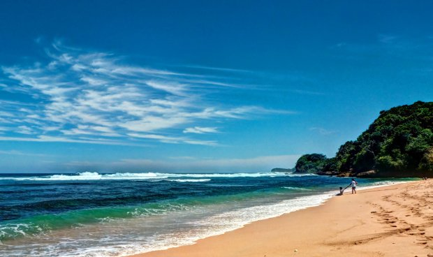 Menikmati ombak dan pasir pantai. Lokasi : Pantai Ngliyep, Kamera : Lumix LX3