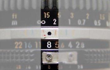 Lensa diatur ke aperture f/8, segala obyek dari jarak infinity (simbol yang terlihat seperti angka delapan) ke jarak lima kaki akan tampak tajam.