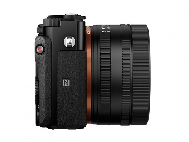 Kamera Sony RX1R II (Samping Kanan), Image Credit : Sony