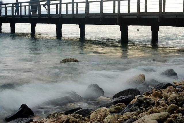 Contoh foto ombak yang blur seperti kapas, karena sudah terlalu siang, shutter speed tidak bisa terlalu lama.